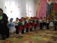 Осень в гости деток ждет, веселой песенкой зовет!
